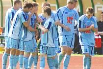 Ústečtí fotbalisté se radují z gólu útočníka Bohumila Nádeníčka, který rozhodl utkání v Sokolově.