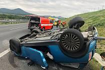 Dopravu na dálnici D8 zastavila ve středu 18. srpna nehoda. Automobil se při havárii převrátil na střechu
