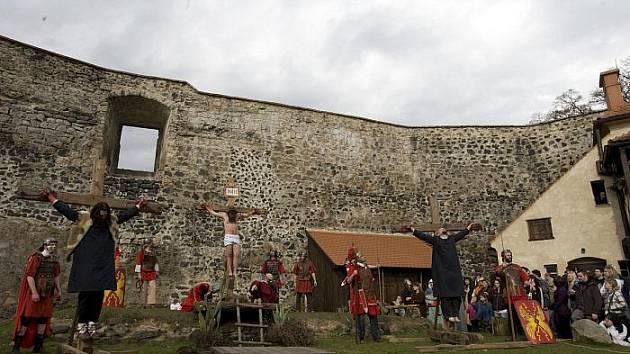 DNES JE vodní hrad Lipý známý spíše tradičními Pašijovými hrami, než pověsti o bílé paní.