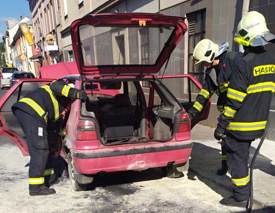 Požár auta v Drážďanské ulici v ústeckých Neštěmicích