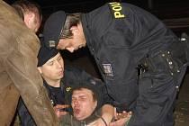 Na mostní oblouk Benešova mostu vyšplhal údajný sebevrah, zpacifikovat se ho policii podařilo až po padesáti minutách.