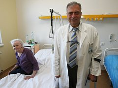 Josefa Kočího těžký handicap nezlomil. Dnes pomáhá vyrovnat se se zdravotními problémy jiným pacientům, například Miluši Mrázkové zotavující se po mozkové příhodě.