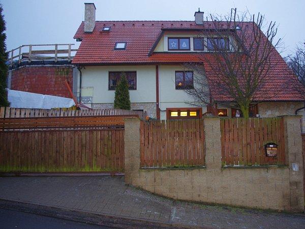 Dům Martina Procházky, kde měl na dvoře zaparkovaný mercedes, jenž se stal terčem útoku.