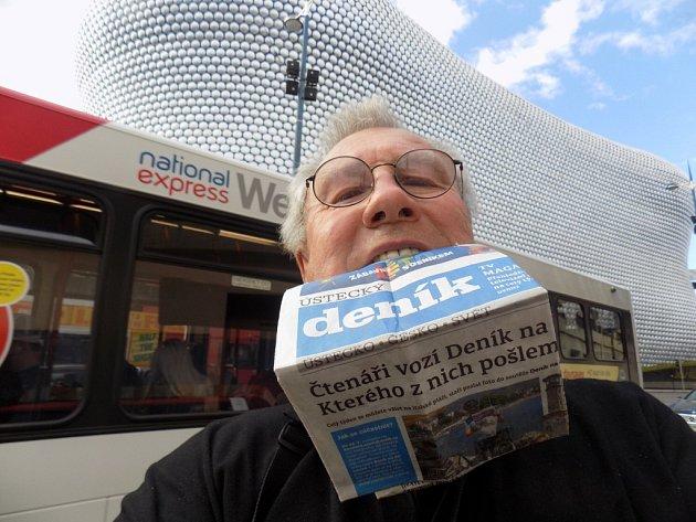 Ervín vzal Deník před Národní muzeum fotbalu a před supermoderní obchodní dům Selfridge vBirminghamu.