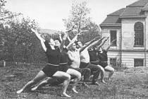 1954 – 1956. 1. ročník posluchačů KTV cvičí na starém hřišti u ZŠ při PF.