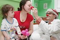 Doktoři Ferda Vykutálený a Štětka přijeli za malými pacienty na Dětskou chirurgii Masarykovy nemocnice.