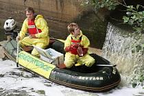 Členové ekologického hnutí Greenpeace JanFreidlinger a Eva Podobová nabírají vodu přímo u výpusti neštěmické čističky odpadních vod.