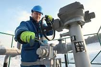 Technik plynárenské společnosti Josef Bohuněk kontroluje plynový trasový uzávěr u Chuderova na Ústecku, přes který proudí plyn z půlmetrového páteřního plynovodu do Ústí nad Labem a Děčína. V případě výpadku dodávek přestane i tudy téci plyn.