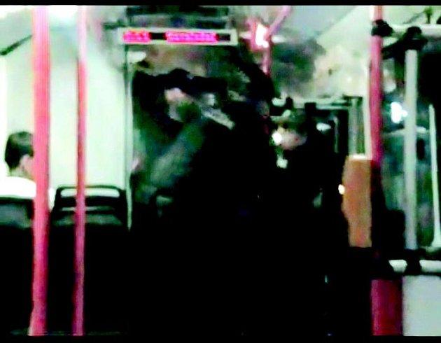 Cestující nočního trolejbusu se neprokázal platným jízdním dokladem. Řidič si proto přivolal na pomoc hlídku městské policie.