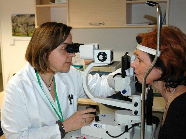 Primářka očního oddělení Masarykovy nemocnice Ivana Liehneová měří pacientce nitrooční tlak během otevřeného dne oddělení.