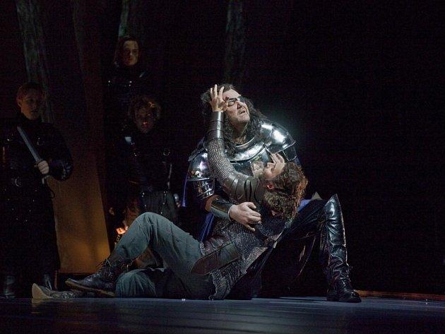 Valkýra v newyorské Metropolitní opeře. Vpravo portrét Richarda Wagnera.