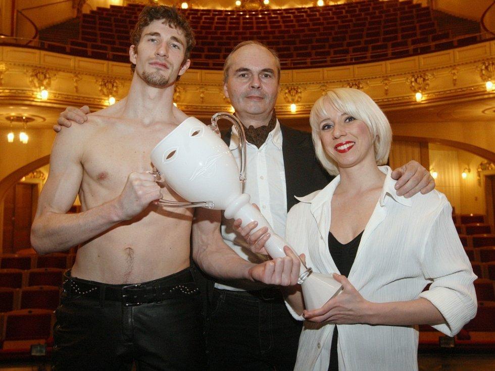 Tanečník Roberts Skujenieks s šéfem ústeckého baletu Vladimírem Nečasem a taneční partnerkou Michaelou Procházkovou.