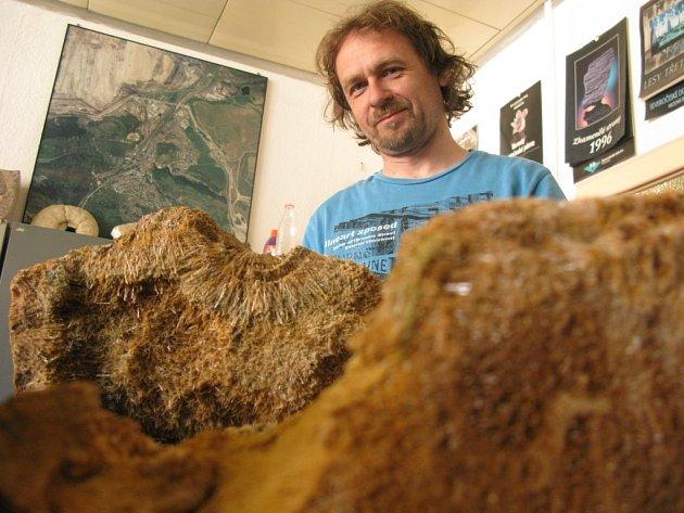 Geolog Dolu Bílina Jiří Svejkovský při přípravě exemplářů na výstavu minerálů v Klášterci nad Ohří.