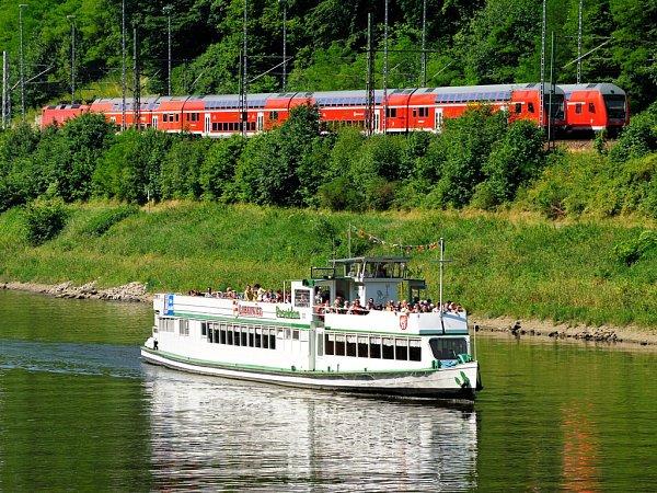 Výletní loď Poseidon Labské plavební společnosti a vlak na trase Děčín-Hřensko-Bad Schandau.