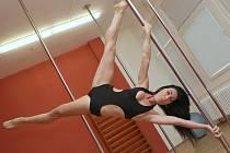 Tanec na tyči vypadá elegantně. Nácvik jedné figury ale znamená hodiny tvrdého tréninku.