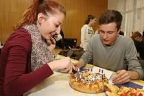 O nejchutnější francouzské jídlo soutěžili studenti francouzského jazyka na Obchodní akademii v Pařížské ulici.