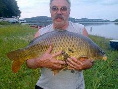 Rybář se pochlubil úlovkem z dovolené.