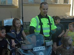 Ústečtí policisté při ukázkách v ZŠ Chabařovice.