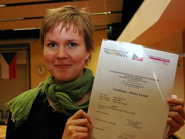 Jenni Pakula ukazuje doklad o ukončení kurzu závěrečnou zkouškou. Nyní bude Finka studovat v Praze.