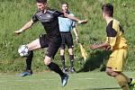Fotbalisté Brné (černé dresy) porazili ve čtvrtfinále krajského poháru Louny (žlutočerní) 4:1. Jevgenij Demčenko