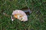 Ještě před příjezdem Policie ČR vylil muž pivo do trávy a prázdnou láhev od piva rozbil o zem.