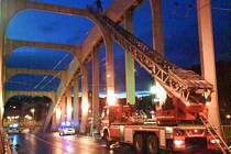 Kvůli žebříku byl most zhruba na půl hodiny uzavřen