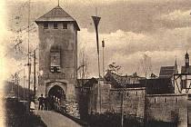 Historický snímek makety středověkých městských hradeb a pavilonu hospodářské výstavy z roku 1903.