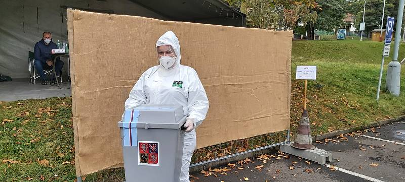Lidé v karanténě mohou odvolit ve volebním drive-in na parkovišti u ústeckého zimního stadionu