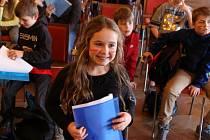 Učitelka Pavlína Kadlecová vzala svou 4.A při rozdávání vysvědčení do ústeckého muzea na program k pravěku.
