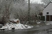 Stavební odpad se v sousedství návsi v Habrovicích údajně povaluje již čtyři roky.