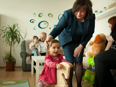 Dárek od manželky prezidenta republiky Ivany Zemanové udělal dětem z ústeckého Klokánku obrovskou radost. Malá Charlottka ho okamžitě vyzkoušela.