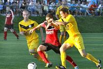 Hráči Mojžíře (žlutí) byli v derby nakonec šťastnější.