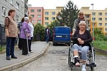ZLOMILA SI NOHU a používá invalidní vozíček. To všechno kvůli dezolátní cestě, na které Marcela Večerková upadla.