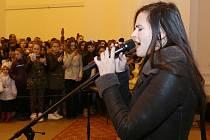 Sabina Slepčíková zpívá koledy.