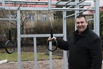 Nové hřiště stálo čtvrt milionu. Na snímku starosta Jan Doubrava.