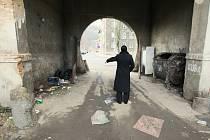 """Další dům hrůzy se vší """"parádou"""" vznikl v Železničářské ulici. Odpadky ukazuje místní obyvatelka, která si přála zůstat v anonymitě."""