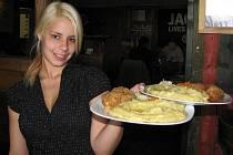 V restauraci Sport Pub na zimním stadionu se vařilo jako každý čtvrtek podle čtenářů Ústeckého deníku. Vítězný recept měl u návštěvníků velký úspěch. Na snímku servírka Veronika Pajerová.