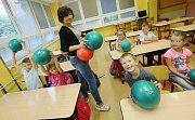 Děti používají ve škole při výuce a o přestávce relaxační balony SBALL.