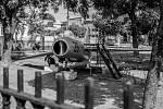 Vrak stíhačky MiG 15 v zahradě domu pionýrů v Santiagu de Cuba. Snímek je z knihy Vladimíra Cettla Vraky letadel studené války.
