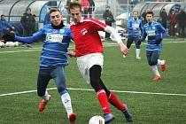 Ústečtí fotbalisté (modří) zvítězili na úvod přípravy vysoko 7:0.