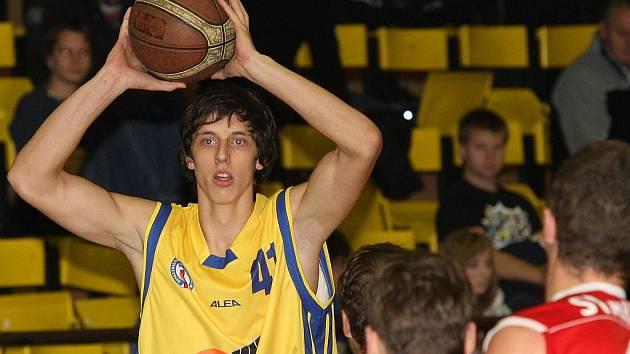 Basketbalisté Ústí (žluté dresy) porazili doma regionálního rivala z Chomutova.