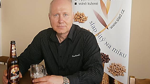 Tomáš Paulů s lahví Březňáku.