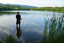 Rybářů se u Chlumeckého rybníka sešlo požehnaně. Na své úlovky ale tentokrát čekali marně.