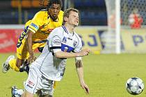 V posledním utkání 2. ligy podlehli ústečtí fotbalisté (v bílém útočník Jindráček) na hřišti Jihlavy 0:1.