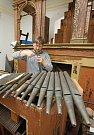 Varhanář Ivan Bok pracuje na varhanách v Tisé už třetí týden. Jak nástroj zní, si mohou lidé poslechnout už v neděli odpoledne, kdy se v obci koná poutní mše.