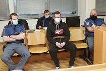 Obžalovaný Tomáš Havlíček, který chtěl na Štědrý den v roce 2019 v Mojžíři na Ústecku zavraždit svého nevlastního otce, stanul před soudem.
