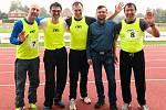Jiří Vejdělek (uprostřed) jako člen štafety na 4x 100 metrů na MČR veteránů v Rumburku. Foto: Facebook Jiřího Vejdělka.