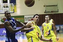 Ústecký basketbalista Antonín Pištěcký (uprostřed).