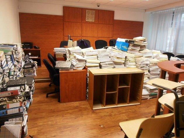 Soudní síně se při povodni proměnily ve skladiště věcí.