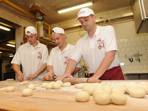 Jiří Mikula se svými kolegy při výrobě pečiva.